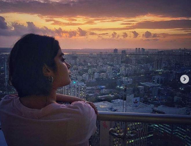 In Pics Janhvi Kapoor unwind herself while relishing beautiful Sunset of Mumbai