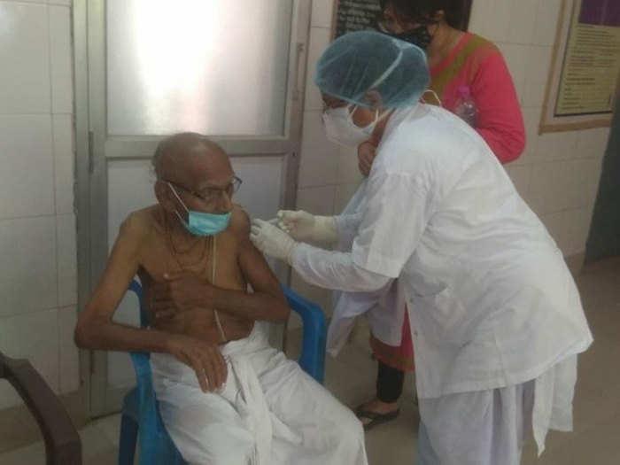 Varanasi News: 125 साल के बुजुर्ग ने लगवाई वैक्सीन, डॉक्टर भी हुए हैरान